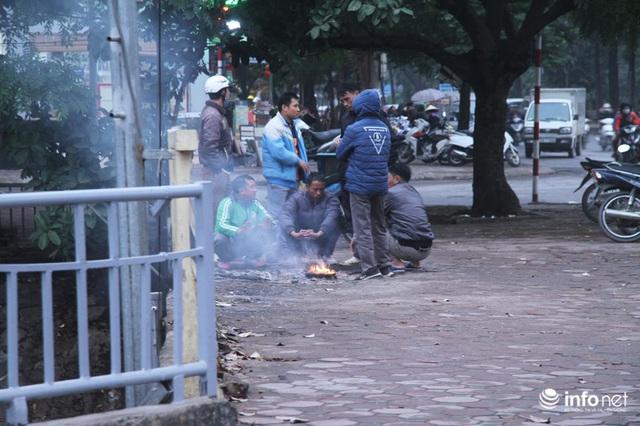 Người dân Hà Nội co ro đốt lửa sưởi ấm trong tiết trời mưa phùn gió rét cuối năm - Ảnh 1.