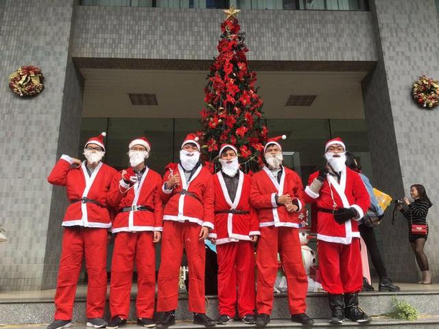 Kiếm tiền dịp Giáng sinh: Nửa triệu đồng/tối đóng giả làm ông già Noel - Ảnh 1.