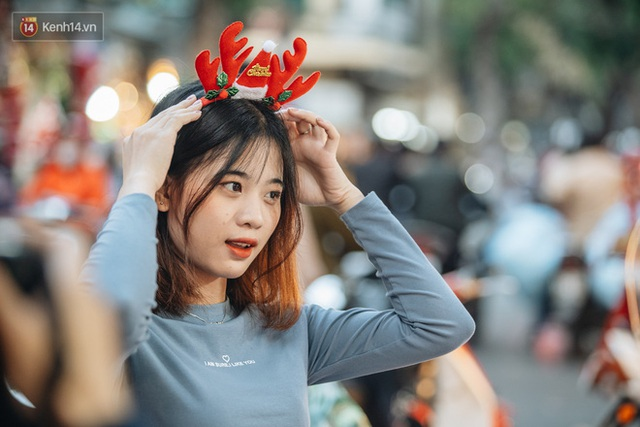 Tuần lộc vàng đính kim sa 3 triệu đồng vẫn hút khách, Hàng Mã trang hoàng trước thềm Giáng Sinh - Ảnh 13.