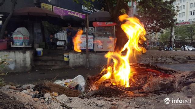 Người dân Hà Nội co ro đốt lửa sưởi ấm trong tiết trời mưa phùn gió rét cuối năm - Ảnh 3.