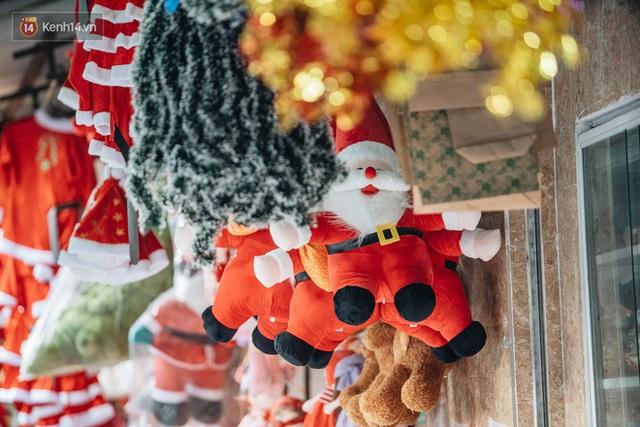 Tuần lộc vàng đính kim sa 3 triệu đồng vẫn hút khách, Hàng Mã trang hoàng trước thềm Giáng Sinh - Ảnh 6.