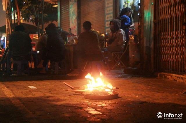 Người dân Hà Nội co ro đốt lửa sưởi ấm trong tiết trời mưa phùn gió rét cuối năm - Ảnh 6.