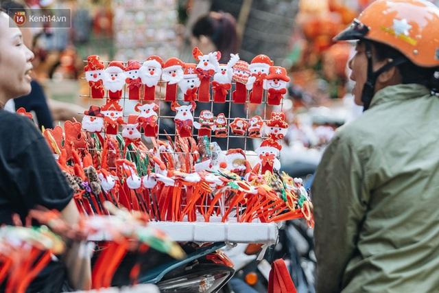 Tuần lộc vàng đính kim sa 3 triệu đồng vẫn hút khách, Hàng Mã trang hoàng trước thềm Giáng Sinh - Ảnh 7.