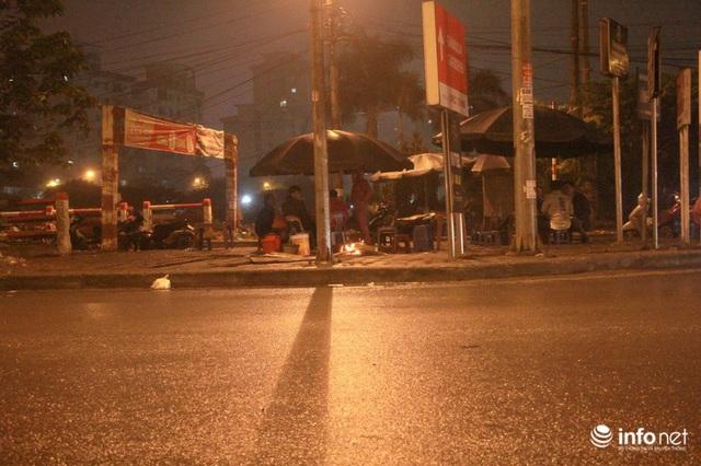 Người dân Hà Nội co ro đốt lửa sưởi ấm trong tiết trời mưa phùn gió rét cuối năm - Ảnh 7.
