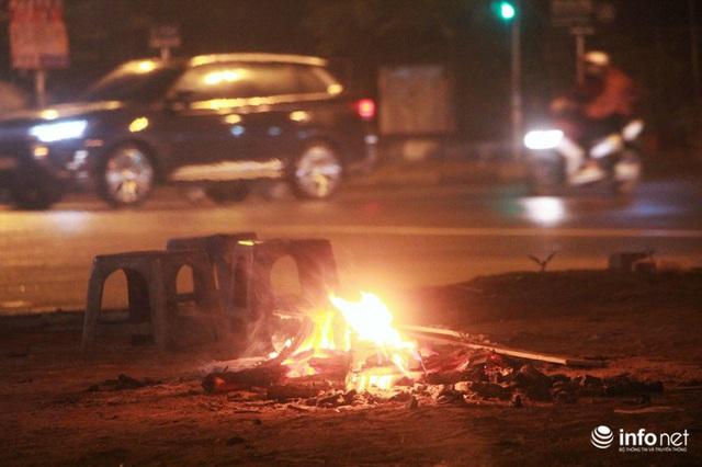 Người dân Hà Nội co ro đốt lửa sưởi ấm trong tiết trời mưa phùn gió rét cuối năm - Ảnh 8.