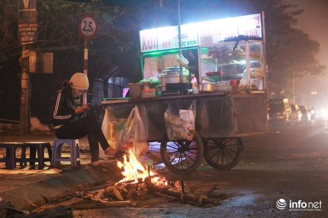 Người dân Hà Nội co ro đốt lửa sưởi ấm trong tiết trời mưa phùn gió rét cuối năm - Ảnh 9.