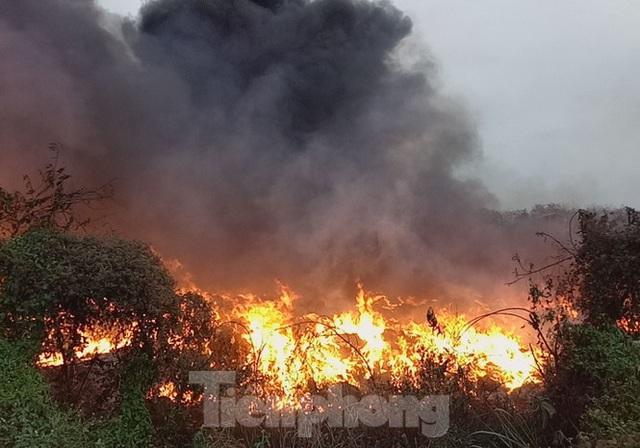 Khu phế liệu rộng hơn 5.000m2 bốc cháy dữ dội kèm tiếng nổ lớn - Ảnh 1.