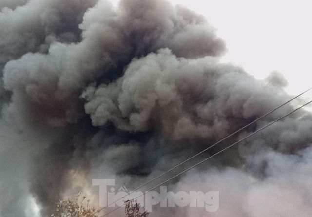Khu phế liệu rộng hơn 5.000m2 bốc cháy dữ dội kèm tiếng nổ lớn - Ảnh 2.