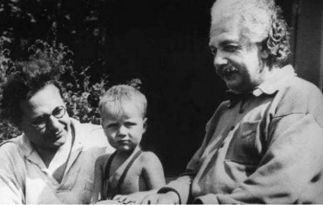 Cách giáo dục khắc nghiệt và lạnh lùng của Albert Einstein khiến con trai tới cuối đời vẫn oán hận: Có người cha thiên tài chẳng ích gì! - Ảnh 1.