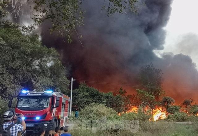 Khu phế liệu rộng hơn 5.000m2 bốc cháy dữ dội kèm tiếng nổ lớn - Ảnh 3.