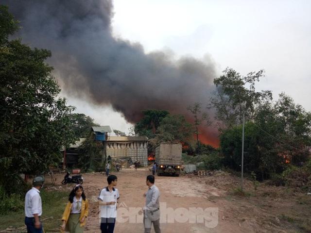 Khu phế liệu rộng hơn 5.000m2 bốc cháy dữ dội kèm tiếng nổ lớn - Ảnh 4.