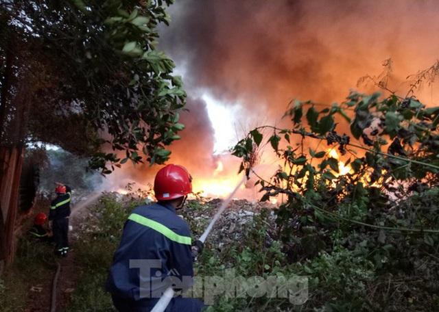 Khu phế liệu rộng hơn 5.000m2 bốc cháy dữ dội kèm tiếng nổ lớn - Ảnh 5.