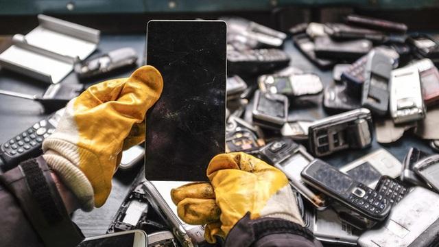 Thế giới bên kia của những chiếc smartphone bị vứt bỏ ngoài bãi rác - Ảnh 2.
