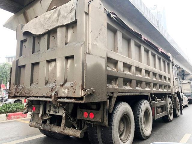 Xe chở vật liệu đi giờ cấm xả bùn đất gây bụi nhiều tuyến phố  - Ảnh 2.
