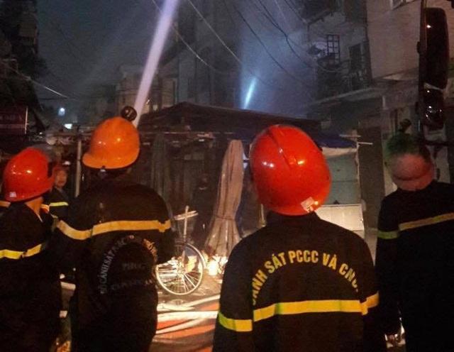 Cháy chung cư ở quận 10 Sài Gòn, nhiều người tháo chạy - Ảnh 1.