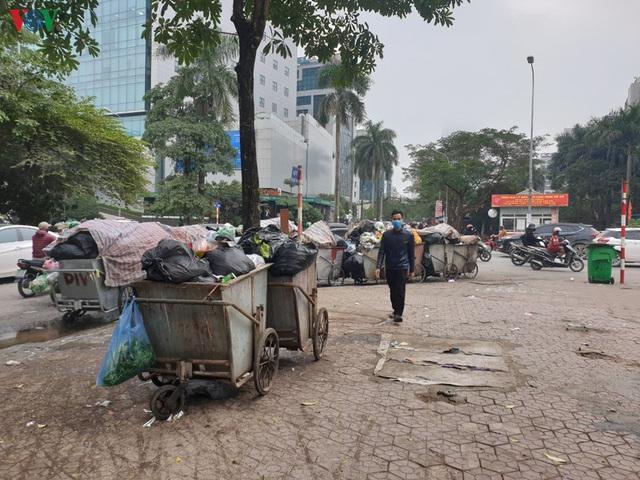 Rác thải ùn ứ ở nội thành Hà Nội sau khi dân Sóc Sơn chặn xe rác - Ảnh 11.