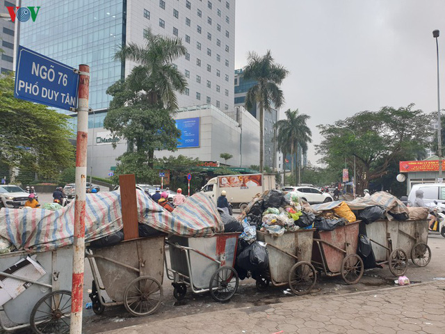 Rác thải ùn ứ ở nội thành Hà Nội sau khi dân Sóc Sơn chặn xe rác - Ảnh 13.