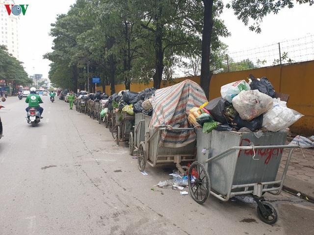 Rác thải ùn ứ ở nội thành Hà Nội sau khi dân Sóc Sơn chặn xe rác - Ảnh 14.