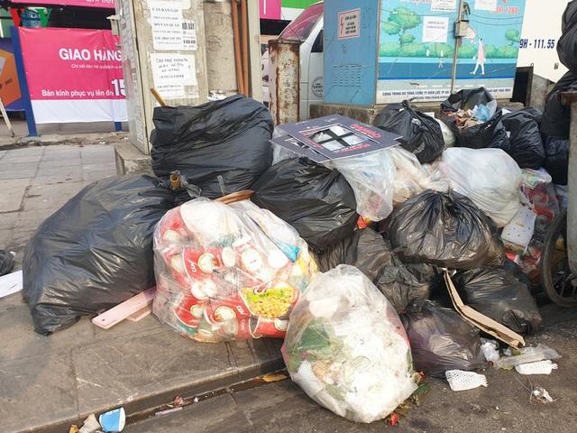 Rác thải ùn ứ ở nội thành Hà Nội sau khi dân Sóc Sơn chặn xe rác - Ảnh 15.