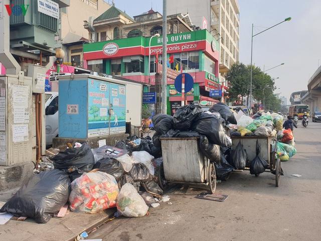Rác thải ùn ứ ở nội thành Hà Nội sau khi dân Sóc Sơn chặn xe rác - Ảnh 16.