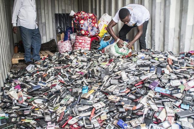 Thế giới bên kia của những chiếc smartphone bị vứt bỏ ngoài bãi rác - Ảnh 3.