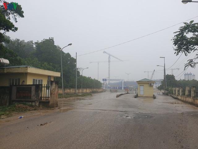 Rác thải ùn ứ ở nội thành Hà Nội sau khi dân Sóc Sơn chặn xe rác - Ảnh 3.