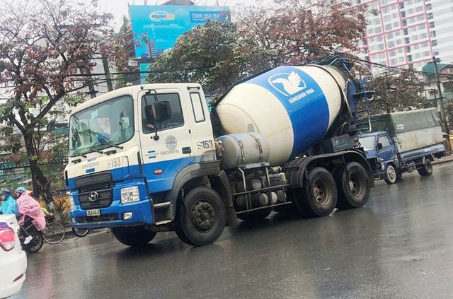 Xe chở vật liệu đi giờ cấm xả bùn đất gây bụi nhiều tuyến phố  - Ảnh 4.