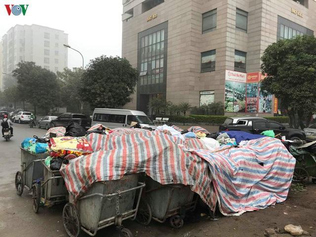 Rác thải ùn ứ ở nội thành Hà Nội sau khi dân Sóc Sơn chặn xe rác - Ảnh 4.