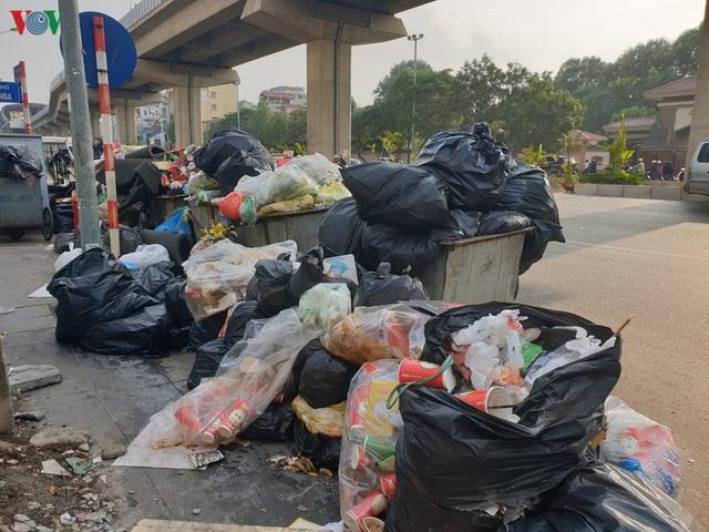 Rác thải ùn ứ ở nội thành Hà Nội sau khi dân Sóc Sơn chặn xe rác - Ảnh 5.