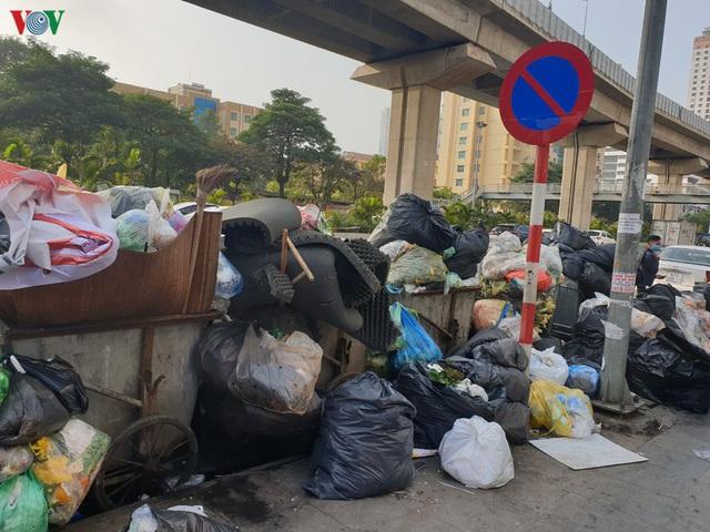 Rác thải ùn ứ ở nội thành Hà Nội sau khi dân Sóc Sơn chặn xe rác - Ảnh 6.