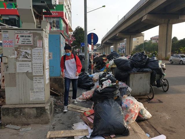 Rác thải ùn ứ ở nội thành Hà Nội sau khi dân Sóc Sơn chặn xe rác - Ảnh 7.