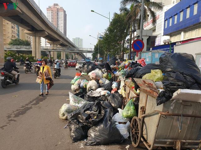 Rác thải ùn ứ ở nội thành Hà Nội sau khi dân Sóc Sơn chặn xe rác - Ảnh 8.