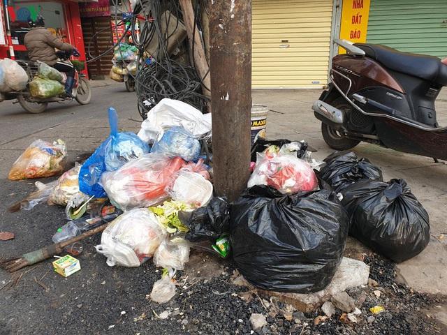 Rác thải ùn ứ ở nội thành Hà Nội sau khi dân Sóc Sơn chặn xe rác - Ảnh 9.