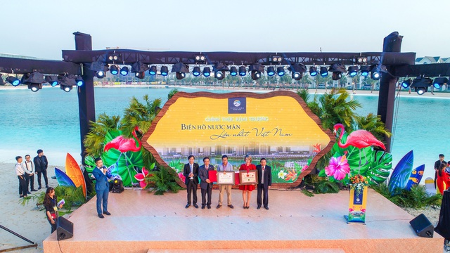 Cận cảnh khu đô thị tại Hà Nội có biển hồ nước mặn và hồ nước ngọt nhân tạo trải cát trắng lớn nhất thế giới - Ảnh 1.