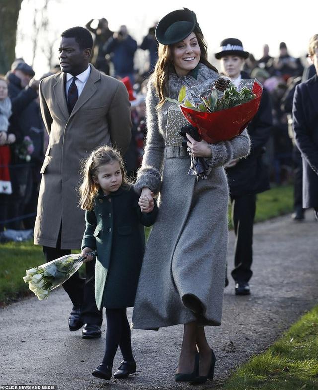 Vắng em dâu Meghan Markle, Công nương Kate nở nụ cười tỏa nắng, tâm điểm chú ý là Công chúa Charlotte nổi bật như một ngôi sao - Ảnh 3.