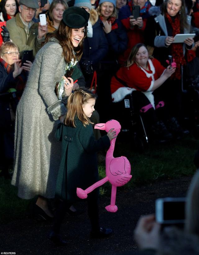 Vắng em dâu Meghan Markle, Công nương Kate nở nụ cười tỏa nắng, tâm điểm chú ý là Công chúa Charlotte nổi bật như một ngôi sao - Ảnh 4.