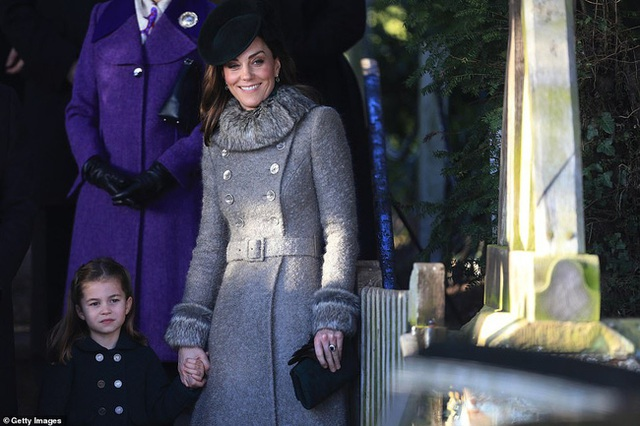 Vắng em dâu Meghan Markle, Công nương Kate nở nụ cười tỏa nắng, tâm điểm chú ý là Công chúa Charlotte nổi bật như một ngôi sao - Ảnh 5.