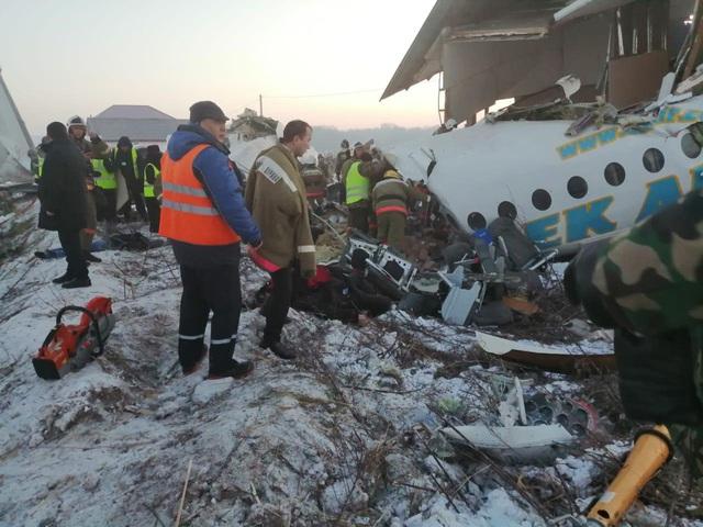 Máy bay chở 100 người đâm đổ nhà vì mất độ cao, hàng chục người thoát chết thần kỳ - Ảnh 1.