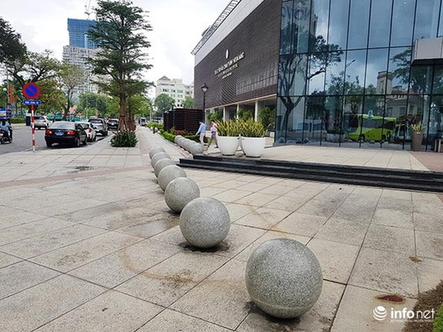 Nên di dời 43 quả cầu đá quây trước Trung tâm Hành chính TP Đà Nẵng? - Ảnh 2.
