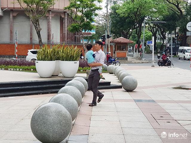 Nên di dời 43 quả cầu đá quây trước Trung tâm Hành chính TP Đà Nẵng? - Ảnh 11.