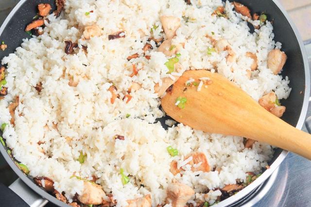 Bộ Y Tế Malaysia khuyến cáo: Không nên ăn cơm nguội vì đó có thể là nguyên nhân gây ngộ độc thực phẩm - Ảnh 3.