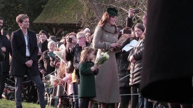 Được fan nam nhí tặng hoa, Công chúa Charlotte bẽn lẽn siêu đáng yêu, ôm khư khư dù nhận được nhiều quà khác - Ảnh 4.