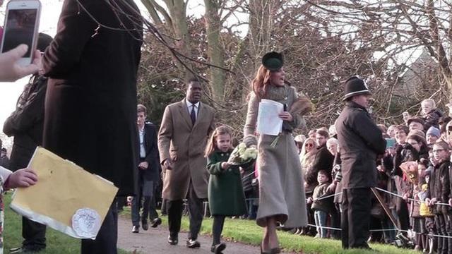 Được fan nam nhí tặng hoa, Công chúa Charlotte bẽn lẽn siêu đáng yêu, ôm khư khư dù nhận được nhiều quà khác - Ảnh 5.