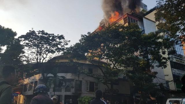 Cháy lớn tại quán karaoke phố Ngô Thì Nhậm - Ảnh 1.