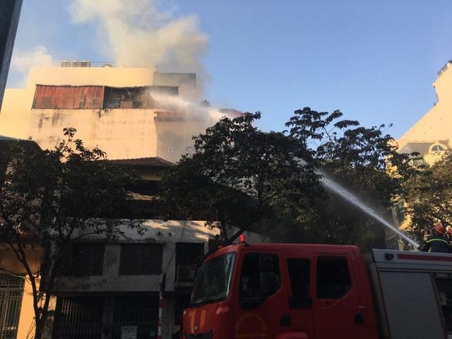 Cháy lớn tại quán karaoke phố Ngô Thì Nhậm - Ảnh 2.