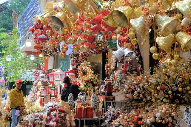 Thị trường Giáng sinh vào cao điểm, tiểu thương Hàng Mã vừa ăn vừa bán hàng - Ảnh 1.