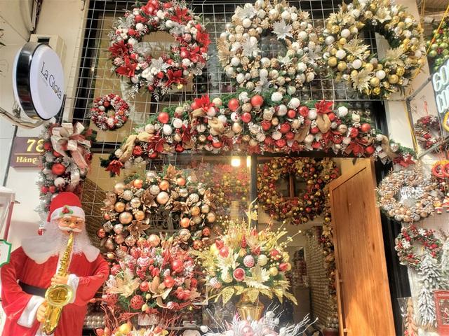 Thị trường Giáng sinh vào cao điểm, tiểu thương Hàng Mã vừa ăn vừa bán hàng - Ảnh 4.