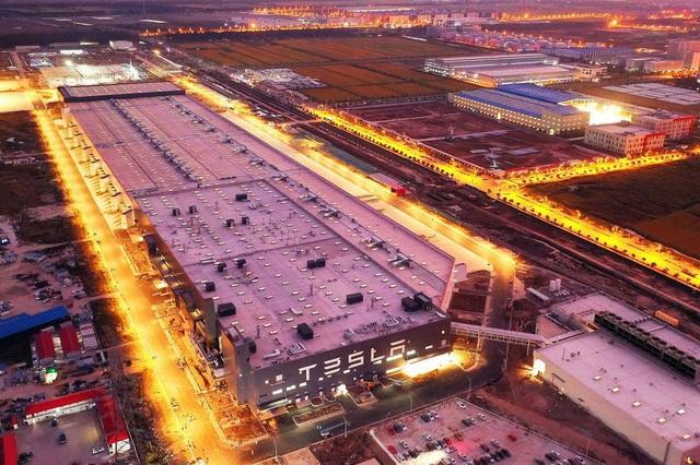 Từ một bãi sình lầy cô quạnh, nhà máy của Tesla ở Trung Quốc xuất xưởng chiếc xe đầu tiên trong thời gian ngắn kỷ lục. - Ảnh 1.