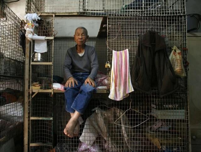 Bên trong những căn nhà chuồng cọp tại Hong Kong: Cả một thế giới kỳ lạ, từ nghèo tột cùng đến trung lưu ăn trắng mặc trơn tại cùng một tòa nhà - Ảnh 5.
