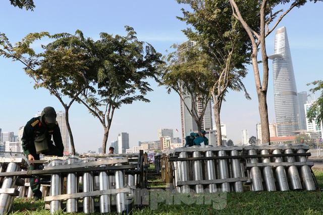 Trận địa pháo hoa trước giờ khai hoả đón năm mới ở Sài Gòn - Ảnh 1.